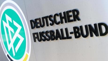 DFB-Logo und Schriftzug vor der Zentrale des Deutschen Fußball-Bundes in Frankfurt am Main.