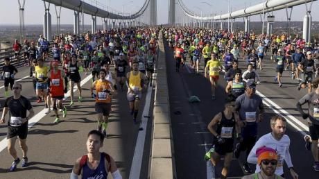 Läufer überqueren beim New York Marathon die Verrazano Narrows Bridge in Staten Island, New York. Dieses Jahr findet das Rennen nicht statt.
