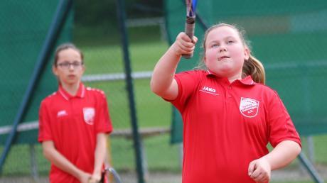 Der Jugend eine Chance: Die erst 15-jährigen Marie Denteler (im Hintergrund) und Hanna Bub waren für die Tennis-Damen der SpVgg Deiningen im Einsatz.