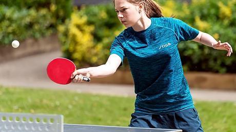 Derzeit trainiert Charlotte Bardsley coronabedingt nur im Freien. In der kommenden Saison will die 18-jährige Engländerin für den TTC Langweid in der 2. Bundesliga wieder in der Halle an den Tisch treten.