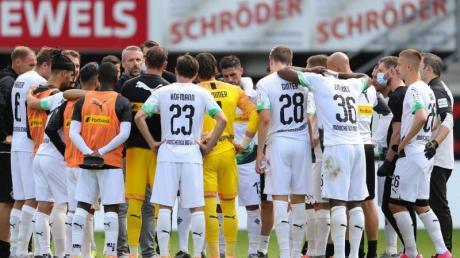 Borussia Mönchengladbach kann aus eigener Kraft den Einzug in die Champions League schaffen: Trainer Marco Rose spricht zu den Spielern.