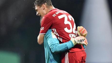 Bayerns Torhüter Manuel Neuer und Joshua Kimmich (r) freuen sich schon jetzt auf die Meisterschale.