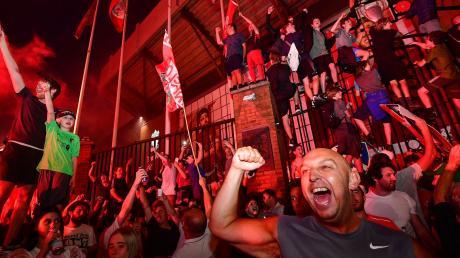 Eine lange Durststrecke ist zu Ende: Nach Chelseas Sieg gegen Manchester City am Donnerstagabend steht Liverpools erster Meistertitel seit 30 Jahren fest. Vor der Anfield Road kannte die Freude keine Grenzen.