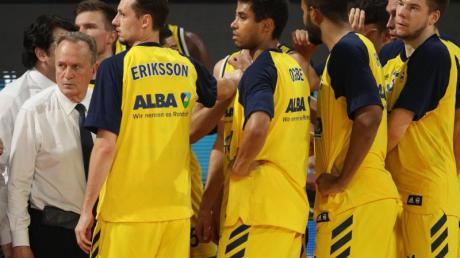 Coach Aito Garcia Reneses (l) ist mit Alba Berlin auf Kurs Richtung Meisterschaft.