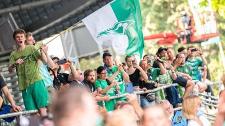 Werder Bremen Fans freuen sich: Nach dem Sieg ihrer Mannschaft über den FC Köln liegt der Aufstieg wieder in den eigenen Händen.