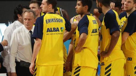 Alba Berlin will den Gewinn des neunten Meistertitels perfekt machen. Trainer Aito Garcia Reneses (l) und seine Spieler stehen zusammen.