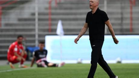 Wird nach dem Abstieg von Fortuna Düsseldorf nicht zurücktreten:Trainer Uwe Rösler.