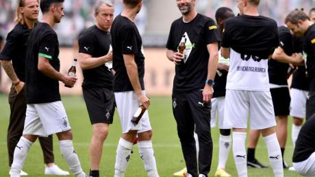 Ein Prost auf die Champions League: Gladbach-Coach Marco Rose (M) stößt mit seinen Spielern auf die Königsklasse an.