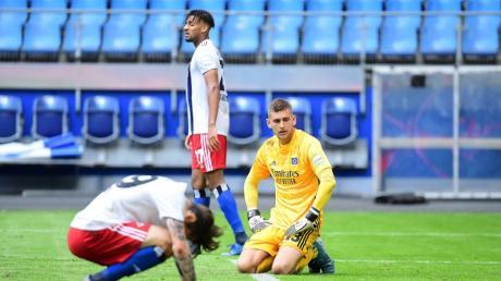 Ein Bild als Symbol für HSV-Situation: Adrian Fein, Josha Vagnoman und Torwart Julian Pollersbeck nach dem 1:5 des HSV gegen Sandhausen.
