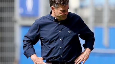 Nach der blamablen Vorstellung seiner Spieler schaut HSV-Trainer Dieter Hecking zu Boden.