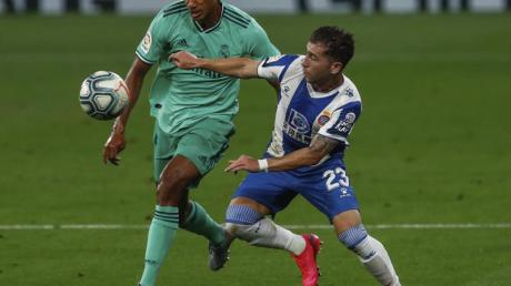 Raphael Varane (l) von Real Madrid kämpft mit Gegenspieler Adri Embarba um den Ball.