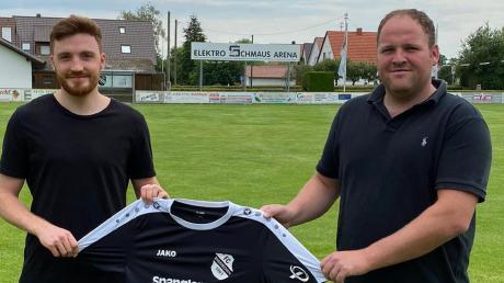 Willkommen beim FC Ehekirchen: Abteilungsleiter Markus Bissinger (rechts) begrüßt seinen Neuzugang Robin Spieler (links).