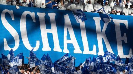 Der finanziell angeschlagene Bundesligaverein soll eine Bürgschaft erhalten - Schalke-Fans schwenken Fahnen.