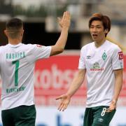 Yuya Osako (rechts) und Milot Rashica von Werder Bremen treten in der Bundesliga Relegation gegen Heidenheim an.