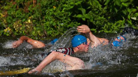 Die Teilnehmer starten um jeweils 15 Sekunden versetzt mit dem Schwimmen im Wörnitzfreibad.