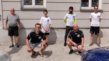 Lehrwart Adrian Kube (vorne links) und Obmann Stefan Raube (vorne rechts) begrüßen nach bestandener Prüfung die neuen Schiedsrichter: (von links) Maximilian Strobl (TSV Inchenhofen), Elias Kleß (FC Hollenbach), Serkan Kilic (FC Schrobenhausen) und Daniel Krause (SV Ottmaring).