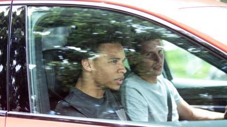 Angekommen in München: Leroy Sané (l) fährt beim FC Bayern vor.