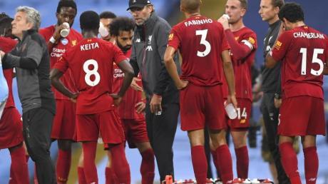 Trainer Jürgen Klopp (M.) kassierte mit dem FC Liverpool eine deutliche Niederlage.