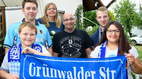 """Die Grünwalder Straße nach Ichenhausen geholt: Thomas David, Chef der Blue Lions Krumbach, bezeichnet sich selbst als """"Allesfahrer"""". Auch auswärts sind er und seine Nächsten meistens dabei, wenn die Löwen antreten."""