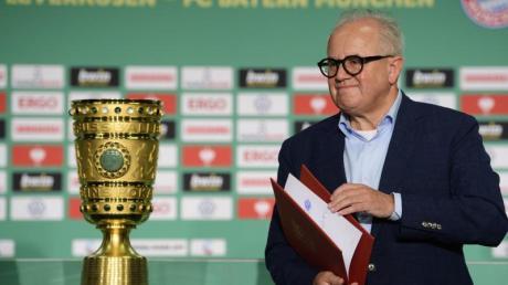 Vor leeren Zuschauerrängen wird DFB-Präsident Fritz Keller den DFB-Pokal in diesem Jahr übergeben.