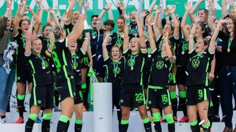 Zum insgesamt siebten Mal holen die Wolfsburger Frauen den DFB-Pokal.