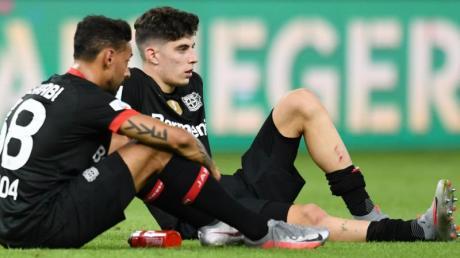 Die Leverkusener Kai Havertz (r) und Karim Bellarabi waren nach dem verlorenen Pokal-Finale frustriert.