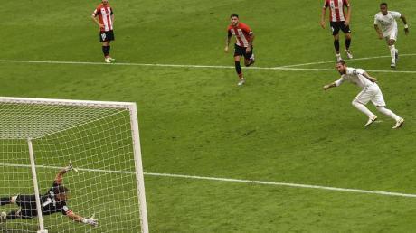 Sergio Ramos (r) traf für Real Madrid per Elfmeter zum Sieg.