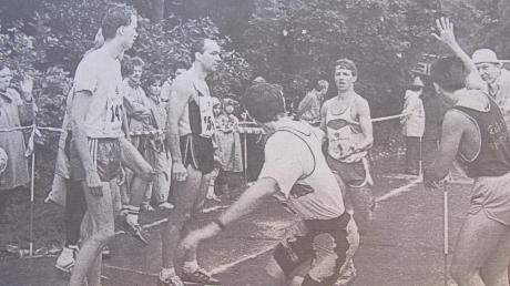 Einen neuen Teilnehmerrekord gab es beim Augsburger Landkreislauf, der über elf Etappen von Wehringen nach Langweid führte. 2255 Läuferinnen und Läufer waren dabei. Unser Bild zeigt die Wechselstelle in Bobingen.
