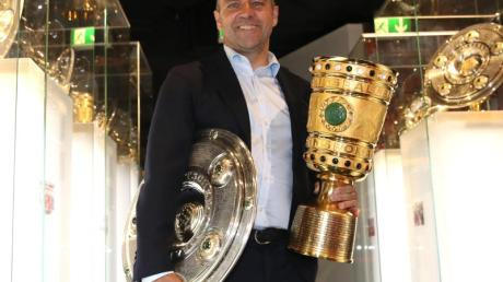 Coach Hansi Flick übergibt die Meisterschale und den Pokal an das Museum des FC Bayern München.