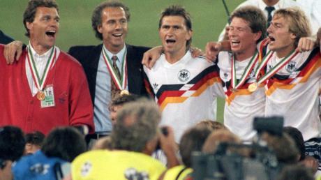 Nach dem WM-Finale gegen Argentinien jubelte das deutsche Team, hier Holger Osieck, Franz Beckenbauer, Klaus Augenthaler, Stefan Reuter, Jürgen Klinsmann (von links), Frank Mill und Karl-Heinz Riedle (nicht in Bild), über den Sieg.