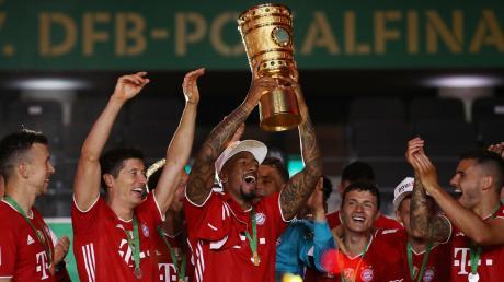 Die Spieler des FC Bayern München feiern den Pokalsieg. Doch im Hintergrund fehlt das sonst übliche rote Fahnenmeer der Bayern-Fans. Nicht nur für die Anhänger des FCB war es eine sehr ungewöhnliche Saison.