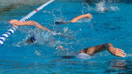 Die Schwimmer des SC Lechfeldabsolvieren das Training vorschriftsmäßig mit Abstand.