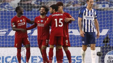 Liverpools Mohamed Salah (2.v.l.) feiert mit seinen Mannschaftskameraden den ersten Treffer seiner Mannschaft in Brighton.