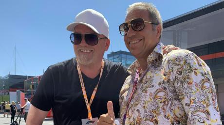 Kai Ebel (rechts) in buntem Hemd und Lederhose neben DJ Ötzi beim Rennen in Spielberg im vergangenen Jahr.