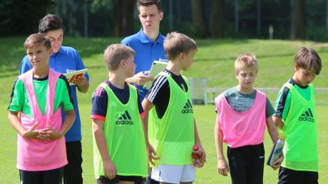 Kazim Temizel (hinten links) wird Trainer der U14-Junioren, Fabian Schmidt (hinten rechts) übernimmt die klassenhöchste Juniorenmannschaft, die U15-Junioren in der Bayernliga.