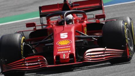 SebastianVettel vomTeam Ferrari steuert im 2. Freien Training sein Auto auf der Rennstrecke in Spielberg.