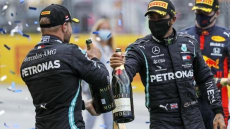 Hatten in Spielberg erneut Grund zum Feiern: Lewis Hamilton (r) und sein Mercedes-Teamkollege Valtteri Bottas.