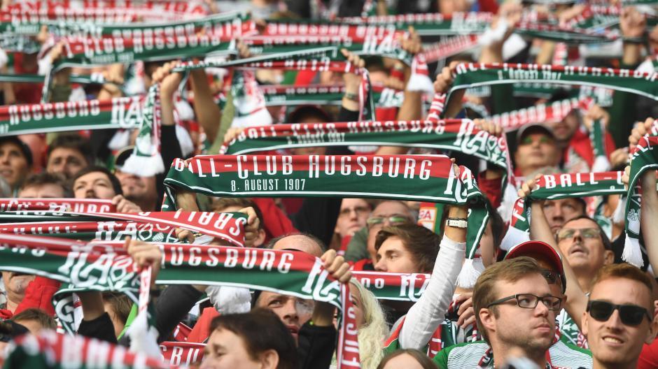 Einmal mehr ist der FC Augsburg in der Fußball-Bundesliga geblieben. Ganz zufrieden sind die Fans mit der Saison aber nicht.