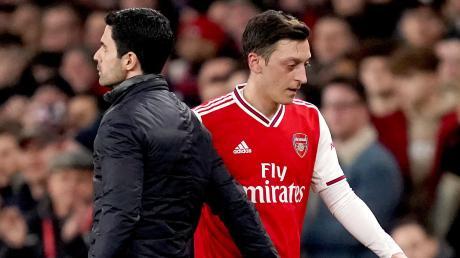 Haben sich derzeit wenig zu sagen: Arsenals Trainer Mikel Arteta (links) und Mesut Özil. Der ehemalige deutsche Nationalspieler spielt beim FC Arsenal keine große Rolle mehr.