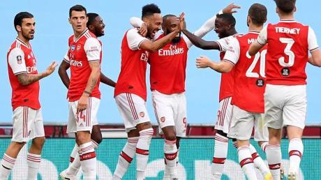 Arsenals Doppeltorschütze Pierre-Emerick Aubameyang (M) wird von seinen Teamkollegen gefeiert.