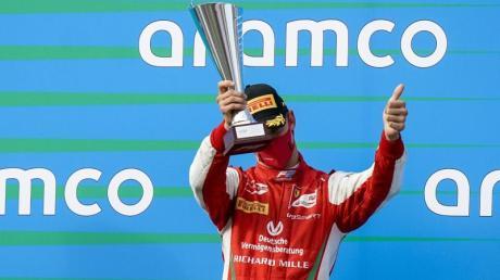 Feiert seinen dritten Platz beim Formel-2-Rennen in Ungarn: Mick Schumacher.