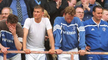 Die Schalke-Spieler Nico van Hogdalem, Ebbe Sand, Niels Oude Kamphuis, sowie Trainer Huub Stevens nach der größten Enttäuschung ihrer Sportlerkarriere.