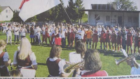 Sofort nach dem Schlusspfiff in Donaualtheim spielte die Blaskapelle Zusamaltheim dem frischgebackenen A-Klassenmeister ein Ständchen.