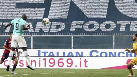 Inters Romelu Lukaku (l) köpft den Ball ins Tor.