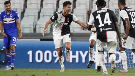 Cristiano Ronaldo (2.v.l) von Juventus jubelt über seinen Treffer zum 1:0.