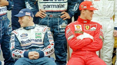 Der eine schaut nach rechts, der andere nach links: Die WM-Rivalen Jacques Villeneuve (links) und Michael Schumacher bei einem Fototermin 1997.