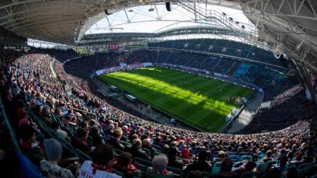 Nicht so voll, aber etwas gefüllter könnten die Fußballstadien bald wieder sein.