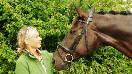 """Sabine Haug vom Reiterhof Thalfingen ist Richterin bei Dressur-Wettkämpfen. Dabei geht es einerseits um die schwierige Bewertung dessen, was Ross und Reiter zeigen, andererseits aber auch um den Tierschutz. Haug sagt: """"Wenn ein Pferd zum Beispiel dauernd die Zunge rausstreckt, ist etwas nicht in Ordnung."""""""