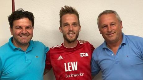 Ein Weltenbummler kommt ins Allgäu: Thilo Wilke (Mitte) spielt ab sofort für den FC Memmingen. Thomas Reinhardt (links) und Thomas Meggle freuen sich.