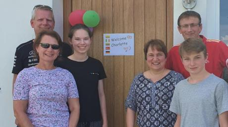 Herzlich willkommen! Mit einem Plakat und bunten Luftballons wurde Langweids neue Spielerin Charlotte Bardsley (3. von links) mit ihren Eltern von Jurka, Johann und Jonah Schnierle in Achsheim begrüßt.